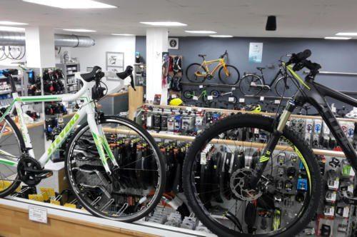 2 Fahrräder stehen im Laden gegenüber